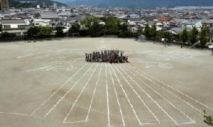 小学校 校庭 ナスカの地上絵 ハチドリ